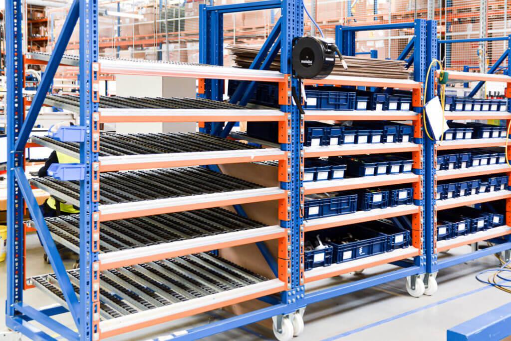Zdjęcie-1.Mobilne-regały-KANBAN-w-branży-motoryzacyjnej-1024x683 Spádové regály pro přepravky jsou efektivním řešením pro výrobní a skladové procesy